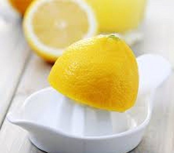 proprietà del succo di limone ed acqua tiepida