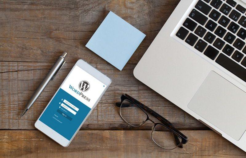 3007169-s-App-di-Wordpress-in-un-schermo-del-telefono-cellulare.-Vista-superio